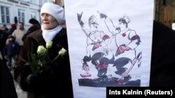 Карикатура із зображеннями Адольфа Гітлера і Йосипа Сталіна під час акції у столиці Латвії. Рига, 16 березня 2013 року