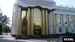 Türkmenistanyň Bilim ministrliginiň binasy. Aşgabat, 2011.