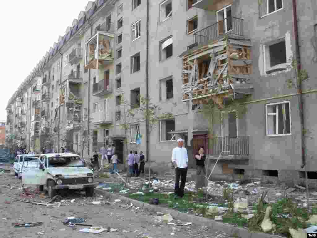 В Назрани в результате взрыва у здания городского отдела внутренних дел погибли 20 человек. Ранены около 80, среди них 11 детей