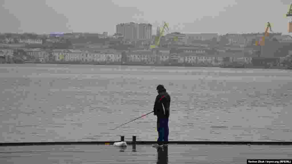 На Графской пристани: настоящему рыбаку дождь не помеха