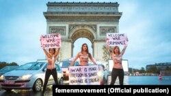 Актывісткі Femen пад Трыюмфальнай аркай