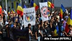Молдованың Румынияға қосылуын қолдаған шеруге қатысушылар. Кишинев, 16 қыркүйек 2012 жыл.