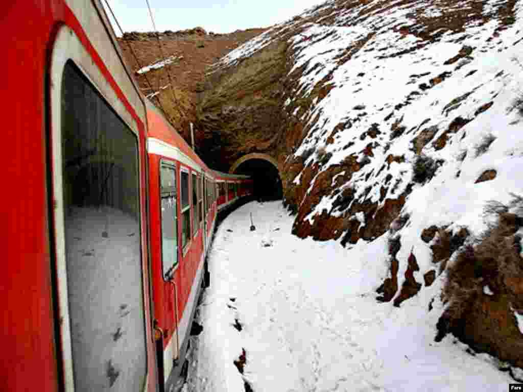 قطار هنگام ورود به تونل دره ديز نرسيده به ايستگاه جلفا - گالری عکس و فیلم FARS