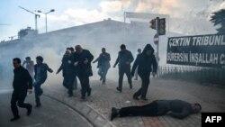 Թուրք ոստիկանները բռնությամբ ցրում են իշխանությունների կողմից գրավված «Զաման» պարբերականի աջակիցների ցույցը, 5-ը մարտի, 2016 թ․