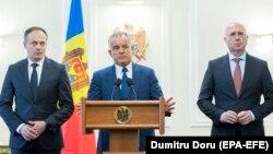 Liderii Partidului Democrat, Vladimir Plahotniuc (centru), Andrian Candu (stânga) şi Pavel Filip, după consultări la președinție. 2 aprilie 2019