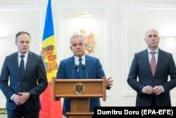 Kryetari i Partisë Demokratike, Vladimir Plahotniuc (në mes), Andrian Candu (majtas) dhe Pavel Filip në një konferencë për media.
