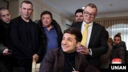 Володимир Зеленський (попереду) під час подачі документів до Центральної виборчої комісії для реєстрації його як кандидата у Президенти, у Києві, 25 січня 2019 року