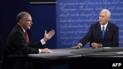 Тим Кейн (сол жақта) мен Майк Пенс дебат кезінде. Фармвиль, Вирджиния, АҚШ, қазан жыл.