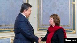 ЕО сыртқы саясат жөніндегі комиссары Кэтрин Эштон (оң жақта) Украина президенті Виктор Януковичпен кездесіп тұр. Киев, 29 қаңтар 2014 жыл.