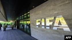 Лягатып ФІФА ля штаб-кватэры арганізацыі ў Цюрыху, Швайцарыя. 3 верасьня, 2013
