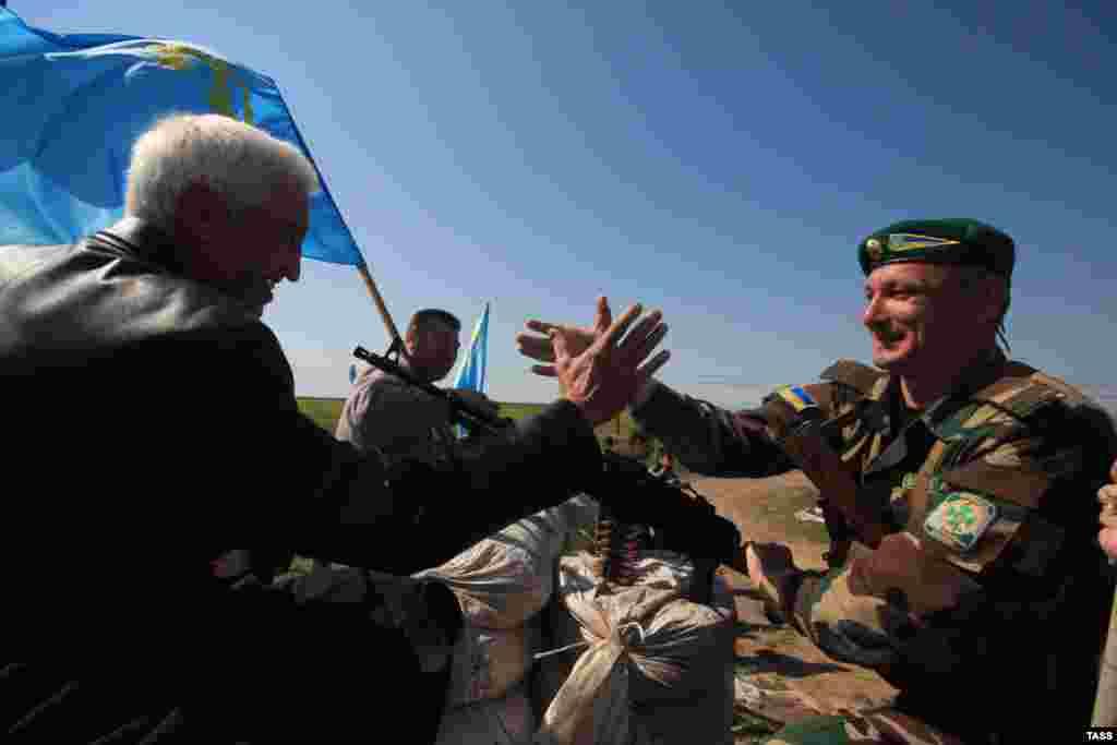 После прорыва«живого щита» российских силовиков, участники акции побежали к украинскому пункту пропуска. Там, вспоминает крымчанинТимур Киримоглу, их встречали со слезами на глазах. «Некоторые украинские пограничники почти плакали, увидев, как мы идем им навстречу с украинскими и крымскотатарскими флагами. Они не скрывали радости, особенно на фоне российской пропаганды, уверявшей, что практически все население Крыма настроено исключительно пророссийски. Все то время, что мы находились у границы, они морально поддерживали нас», – вспоминает участник событий