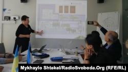 Кає Пійскоп читає лекцію українським експертам у сфері освіти