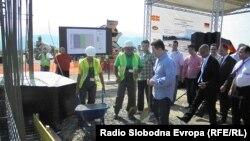 Премиерот Никола Груевски во посета на градилиштето на фабриката на Кромберг и Шуберт во индустриската зона Жабени кај Битола.