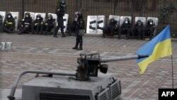Полиција пред парламентот во Киев.