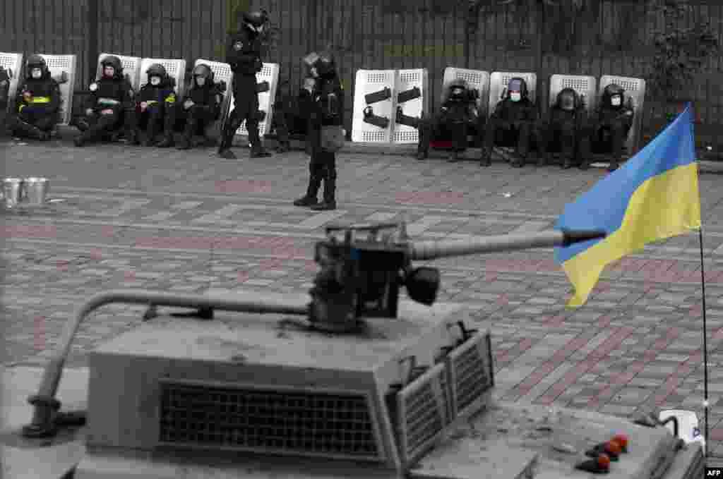 Kiyev 20 fevral 2014. Pallament binası silahlı mühfizə altında