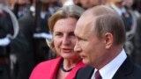 Російський президент Володмири Путін та міністр закордонних справ Австрії Карін Кнайсль. Відень, 5 червня 2018 року