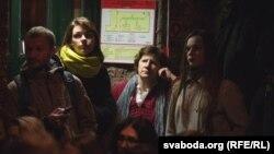 Belarusda insanlar kafe və barlardakı tele-ekranlarda Svetlana Aleksieviçin Nobel nitqini dinləyirlər