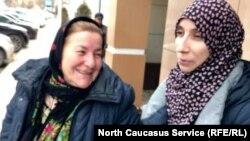 Загидат Абакарова с матерью после суда