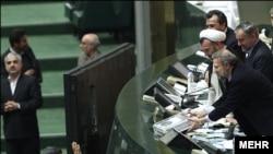 محمود احمدینژاد در مجلس برای تقدیم لایحه بودجه ۱۳۹۰