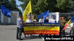Veterani ai războiului de pe Nistru într-o acțiune pro-NATO în fața ministerului apărării de la Chișinău (fotografie nedatată).
