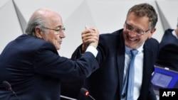 Зепп Блаттер пожимает руку Жерому Вальке 29 мая 2015 года