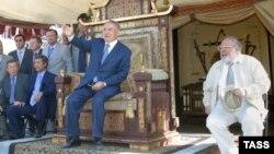 """Президент Казахстана Нурсултан Назарбаев сидит на троне - декорации к фильму """"Кочевники"""". 17 февраля 2004 года."""