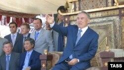 Президент Казахстана Нурсултан Назарбаев (справа) – на съемках фильма «Кочевники». 17 февраля 2004 года.