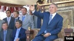 Президент Казахстана Нурсултан Назарбаев сидит на троне - декорации к фильму «Кочевники». 17 февраля 2004 года.