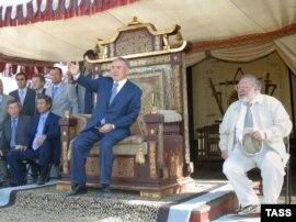 Президент Нұрсұлтан Назарбаев (сол жақта) пен режиссер Руслан Ибрагимбеков (оң жақта) 'Көшпенділер' фильмін түсіру алаңында. 17 ақпан. 2004 жыл.