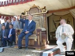 """Қазақстан президенті Нұрсұлтан Назарбаев (ортада) """"Көшпенділер"""" фильмінің түсірілу барысын көруге келді. 17 ақпан 2004 жыл."""