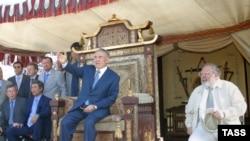"""Президент Нурсултан Назарбаев на троне. Съемочная площадка фильма """"Кочевники"""". Алматинская область, 17 февраля 2004 года."""