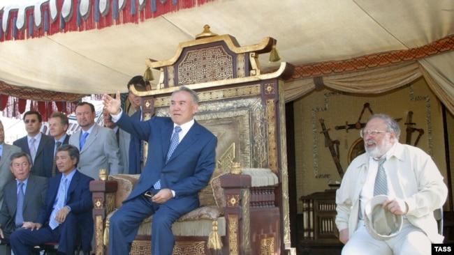 Президент Казахстана Нурсултан Назарбаев (справа) – на съемках фильма «Кочевники». 17 февраля 2004 года
