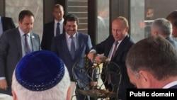 Володимиру Путіну вручають так звану золоту люльку