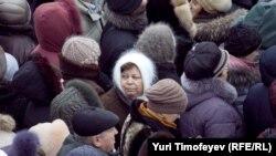 Верующие в очереди на поклонениие поясу Пресвятой Богородицы