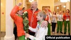 Ілюстрацыйнае фота. Аляксандар і Мікалай Лукашэнкі з Дар'яй Домрачавай і іншымі алімпійскімі чэмпіёнамі, 2014 год