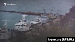 Захваченные украинские корабли в Керченском порту Генмол, архивное фото