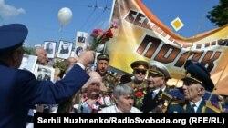 """Ветераны войны держат баннер """"Бессмертный полк"""" в Парке Славы. Киев, 9 мая 2016 года."""