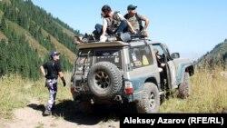 Группа волонтеров выдвигается на место начала поисковой операции в Аксайском ущелье на месте массового убийства. 18 августа 2012 года.