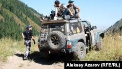 Группа волонтеров из гражданских лиц приехала в район поиска. Аксайское ущелье, 18 августа 2012 года.