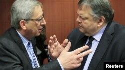 Брюссель: прем'єр-міністр Люксембургу Жан-Клод Юнкер розмовляє з міністром фінансів Греції Евангелосом Венізелосом, 9 лютого 2012 року
