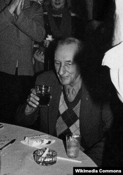 William Burroughs 70 yaşını keks və şərabla qeyd edir.