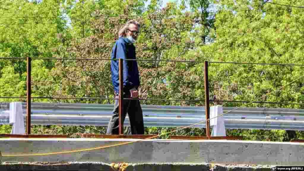 У березні 2020 року повідомлялося, що ремонт мосту на вулиці Гагаріна в Сімферополі затягується. Голова підконтрольного Росії уряду Криму Юрій Гоцанюк зазначав раніше, що в процесі ремонту мосту підрядник виявив незадовільний стан низки опор