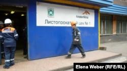 «АрселорМиттал Теміртау» компаниясының жұмысшысы цехқа кіріп барады. Теміртау, 2013 жылдың сәуірі.