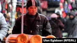 Продавец лепешек на рынке «Дордой». Иллюстративное фото