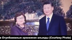 Роза Отунбаева на встрече с лидером Китая Си Цзиньпинем. 1 декабря 2017 года.