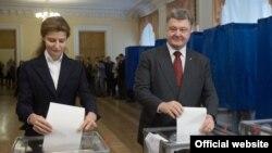Президент Петр Порошенко и его жена Мария голосуют на выборах. Украина. 25 октября 2015 года