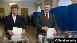 Ukrainian President Petro Poroshenko and his wife, Marina, vote in local elections ini Kyiv on October 25.