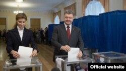 Ukrainanyň prezidenti Petro Poroşenko we onuň aýaly Marina. 25-nji oktýabr, 2015 ý. Kiýew.