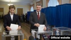 Президент України Петро Порошенко разом із дружиною проголосував на місцевих виборах, 25 жовтня 2015 року