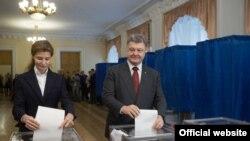 Президент Петро Порошенко з дружиною під час голосування, 25 жовтня 2015